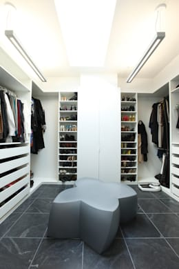 ZT Residence Interiors : modern Dressing room by Unit 7 Architecture