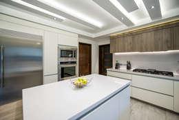Cocinas de estilo moderno por ESTUDIO TANGUMA