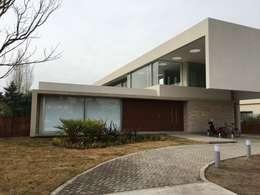 kc 123: Casas de estilo moderno por costa & valenzuela