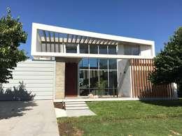 kc 320: Casas de estilo moderno por costa & valenzuela