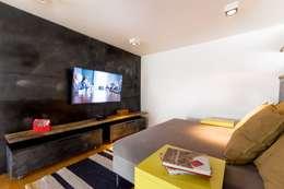Sala de TV: Salas multimedia de estilo industrial por Interiores B.AP