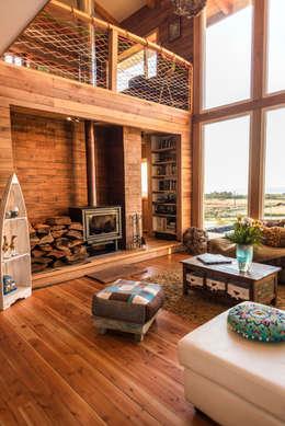 Revestimientos interiores en madera: Paredes y pisos de estilo rústico por Almazan Arquitectura y Construcción