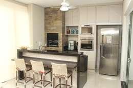 20 cocinas con barra desayunadora maravillosas una cocina lineal con barra de granito en color negro y beige altavistaventures Images