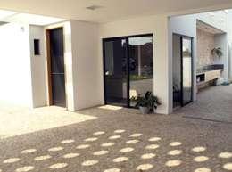 Garages de estilo moderno por Cia de Arquitetura