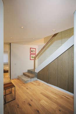 Apto Cr 19 - Cll 88: Pasillos y vestíbulos de estilo  por Bloque B Arquitectos