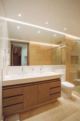 Apto Cr 19 - Cll 88: Baños de estilo moderno por Bloque B Arquitectos