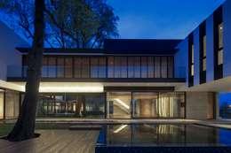 Tembusu House: modern Houses by AR43 Architects Pte Ltd