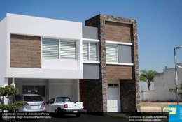 FACHADA DE INGRESO: Casas de estilo minimalista por Excelencia en Diseño