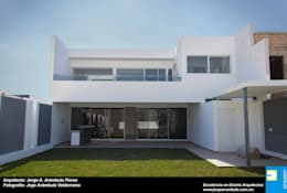 FACHADA TRASERA: Casas de estilo minimalista por Excelencia en Diseño