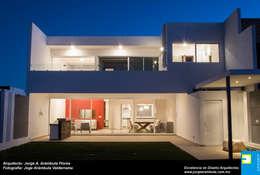 TERRAZA TRASERA: Casas de estilo minimalista por Excelencia en Diseño