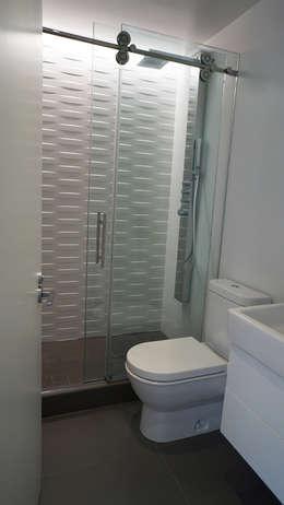 Brooklyn Gut Renovation : minimalistic Bathroom by Atelier036