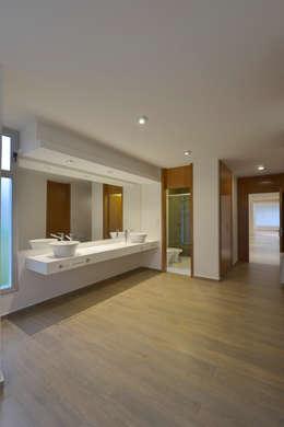 Casa  S+M : Baños de estilo moderno por BSBarqs.