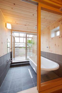 メリットも多い2階の浴室: 株式会社 建築工房零が手掛けたスパです。