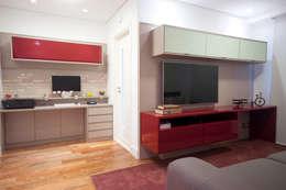 Sala de TV + home office: Salas multimídia ecléticas por Haus Brasil Arquitetura e Interiores