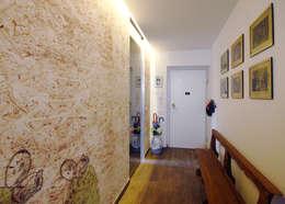 Pasillos y recibidores de estilo  por Andrea Orioli