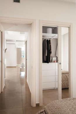 Casa N+V: Camera da letto in stile in stile Moderno di manuarino architettura design comunicazione