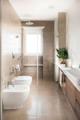 Baños de estilo moderno de manuarino architettura design comunicazione