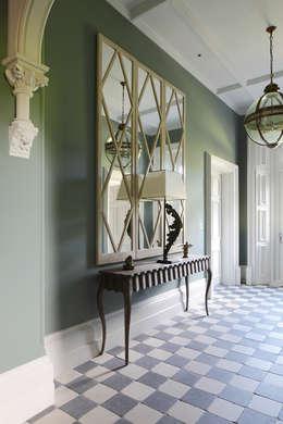 Vestíbulos, pasillos y escaleras de estilo  por MN Design