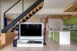 asian Living room by 唯創空間設計公司