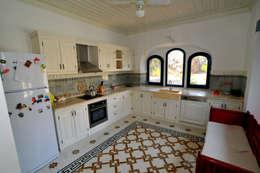 mediterranean Kitchen by Ebru Erol Mimarlık Atölyesi