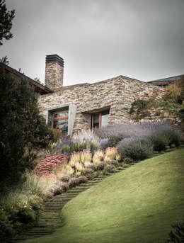 Vivienda Unifamiliar: Jardines de estilo moderno por Sidoni&Asoc