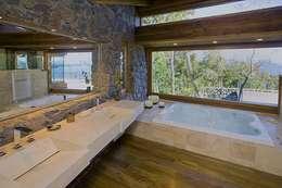 Vivienda Unifamiliar: Baños de estilo moderno por Sidoni&Asoc