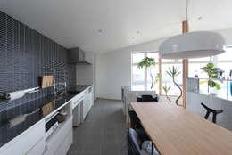 野田の家: MAG + 宮徹也建築計画が手掛けたダイニングルームです。