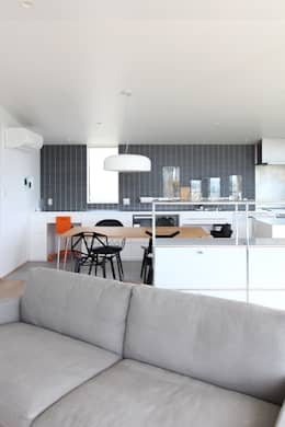 野田の家: MAG + 宮徹也建築計画が手掛けたリビングルームです。