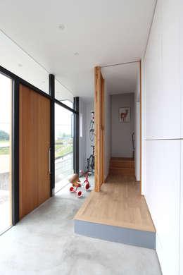野田の家: MAG + 宮徹也建築計画が手掛けた玄関&廊下&階段です。