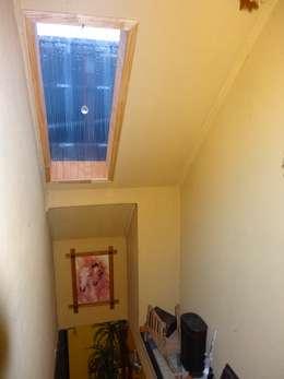 Sector Escalera: Pasillos y hall de entrada de estilo  por Feng Shui y Arquitectura