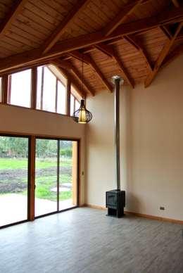Salas / recibidores de estilo rural por AtelierStudio