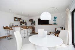 Salas multimedia de estilo moderno por slemish design studio architects