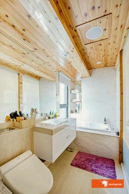 高雄美術君臨-謝宅:  浴室 by Unicorn Design