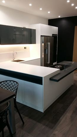 Cozinhas modernas por Vibo Cucine sas di Olivero Bruno e c.