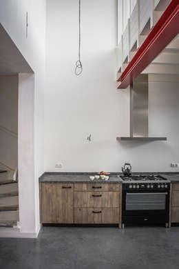 Keuken in vide: industriële Eetkamer door architectenbureau Huib Koman (abHK)