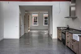1 grote ruimte: minimalistische Woonkamer door architectenbureau Huib Koman (abHK)