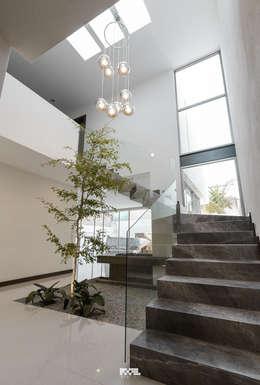 Projekty,  Korytarz, przedpokój zaprojektowane przez 2M Arquitectura