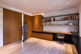 Projekty,  Domowe biuro i gabinet zaprojektowane przez KUBE Architecture
