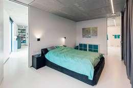 Dormitorios de estilo moderno por Architectenbureau Dirk Nijsten bvba