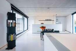 Nijsten - Vandeput: moderne Woonkamer door Architectenbureau Dirk Nijsten bvba