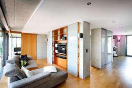 Salas multimedia de estilo moderno por Klaus Geyer Elektrotechnik