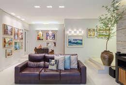 Sala com galeria de arte: Salas de estar modernas por Carmen Calixto Arquitetura