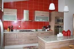 DISEÑO Y DECORACIÓN DE COCINA: Cocinas de estilo moderno por ESTUDIO 5 DISEÑO Y DECORACIÓN
