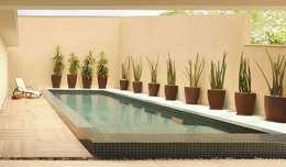 Piscinas de estilo moderno por RAWI Arquitetura + Interiores