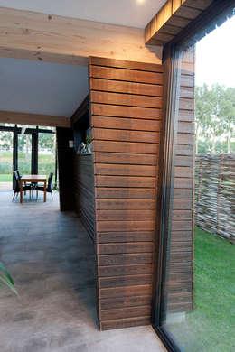binnen-buiten: moderne Woonkamer door NarrativA architecten