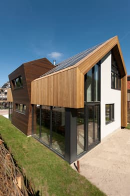Aanzicht zuidoost: moderne Huizen door NarrativA architecten