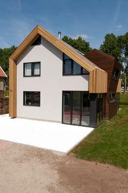 Voorgevel: moderne Huizen door NarrativA architecten