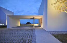Garajes de estilo moderno por 門一級建築士事務所