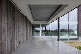 Overdekt terras met lamellendak:  Terras door Lab32 architecten