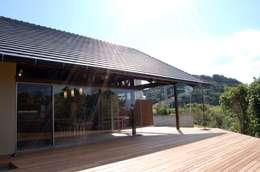 アジアンスタイルのテラスハウス: 環アソシエイツ・高岸設計室が手掛けたバルコニー&ベランダ&テラスです。